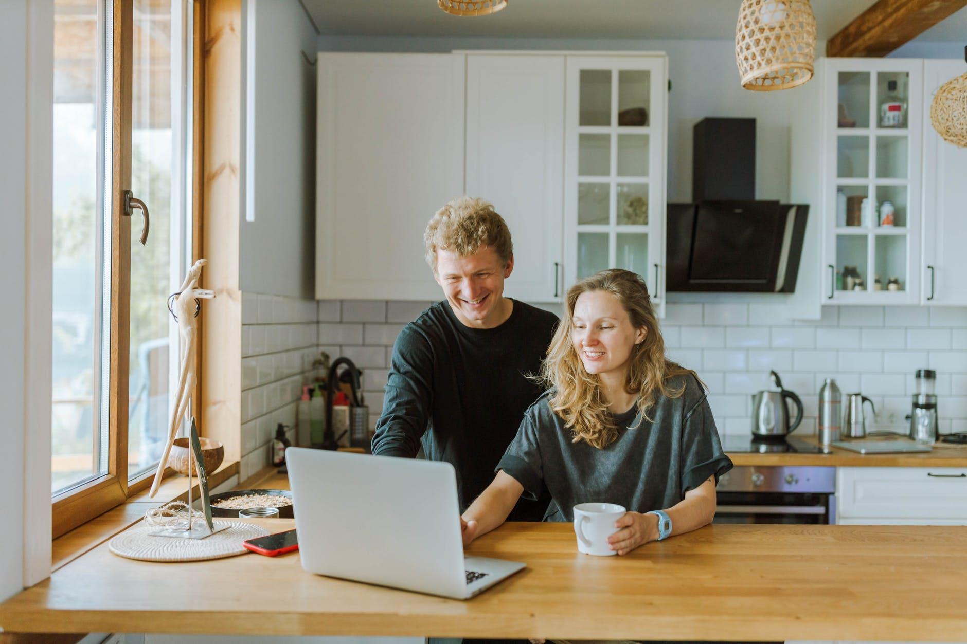 Auch der Abschluss von Versicherungen ist online möglich.